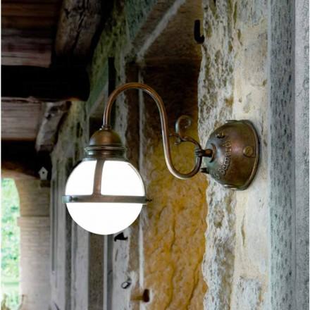 Muur zelfkant antieke koperen en wit geblazen glas