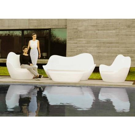 Moderne buitenzitbank Sabinas van Vondom, gemaakt met polyethyleen